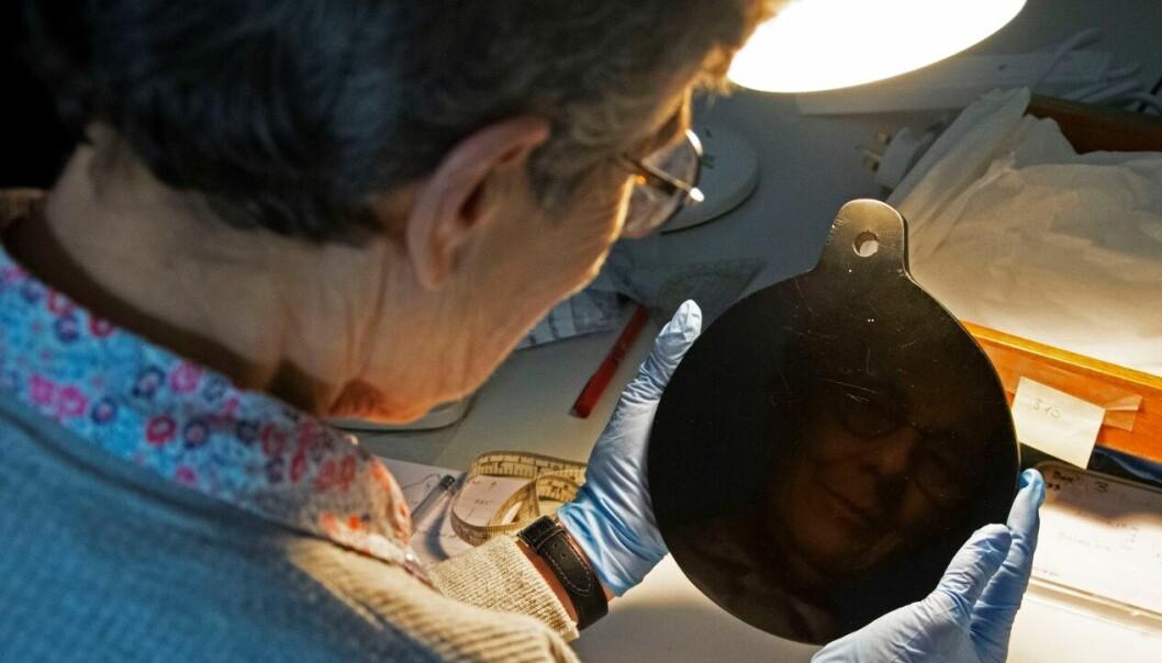 Forskeren Elizabeth Healy viser fram obsidianspeilet som skal ha blitt brukt av john Dee