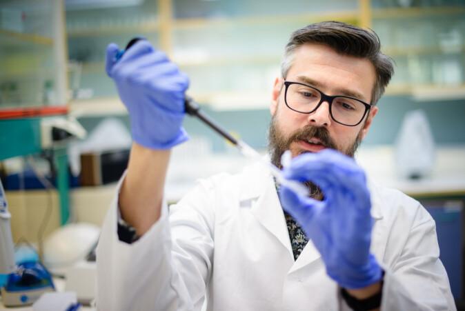 Forsker Erik Burgerhout har stor interesse for alt som kan påvirke oppdrettsfiskens utvikling.