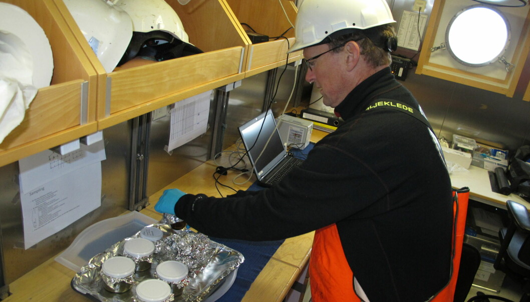 Her klargjør og pakker Anders Fuglevik sedimentprøver, som skal fryses ned og senere analyseres for miljøgifter.