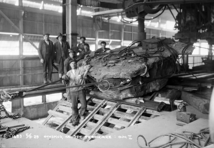 Handelen mellom Norge og Sovjetunionen var viktig for begge parter i mellomkrigstida. I de verste kriseåra på begynnelsen av 1930-tallet holdt eksport  til Sovjetunionen oppe produksjonen ved aluminiumsverket i Høyanger. Bilde av uttak av jernkake fra smelteovn, oksidfabrikken i Høyanger tatt av fotograf Eugene Nordahl-Olsen i 1929. (Foto: Fylkesarkivet i Sogn og Fjordane)