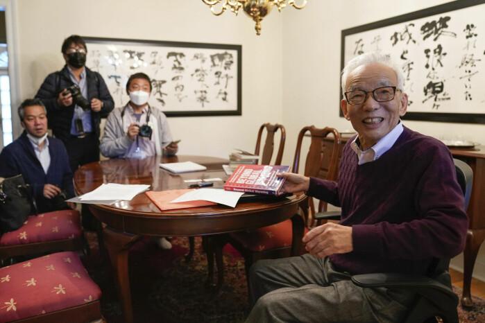 Syukuro Manabe (til høyre) møter pressen i sitt hjem i Princeton, New Jersey i USA. Han får nobelprisen for å ha utforsket samspillet mellom strålingsbalanse og vertikal transport av luftmasser