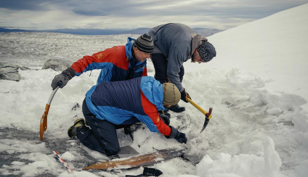 Isen over skia fjernes forsiktig med isøks.