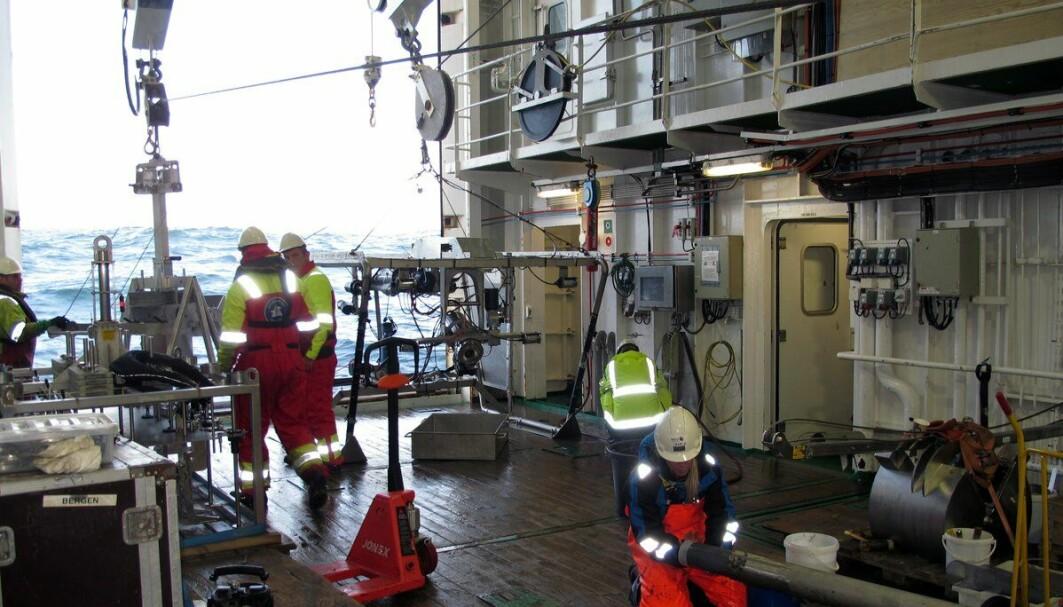 Man skal ha orden i sysakene når man har tonnevis med utstyr og holde styr på. Her jobber geolog Ingrid med en av flere kjerneprøvetakere som er med ombord på toktet.