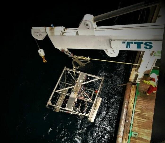 Videoriggen Chimera sjøsettes. Den er utstyrt med kameraer, sensorer og en sedimentgrabb som brukes for å utforske bunnen av havdypet.
