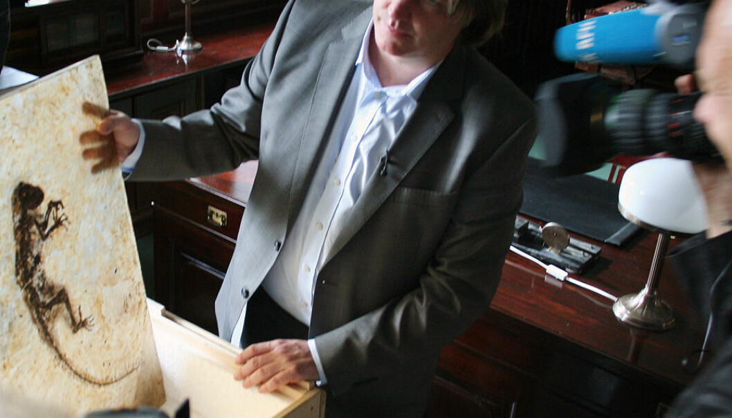 Jørn Hurum viser fram Ida-fossilet for norsk presse. (Foto: Andreas R. Graven)
