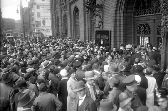"""Kunder prøver å ta ut pengene sine. Berlin 1931. Bundesarchiv, Bild 102-12023. Wikimedia Commons, se """"great depression"""""""