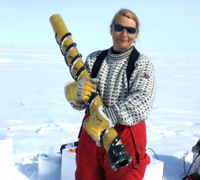 Elisabeth Isaksson har deltatt i studien. Her er forskeren med en iskjerne under feltarbeid i Antarktis.