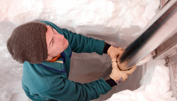 Matthew Osman i gang med å hente ut en iskjerne på Grønland.