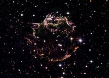 """""""Foto: NASA, ESA, og Hubble Heritage (STScI/AURA)-ESA/Hubble Collaboration. Konsulenter: Robert A. Fesen (Dartmouth College, USA) og James Long (ESA/Hubble). Følg lenken nedenfor for å se bildet i full størrelse!"""""""