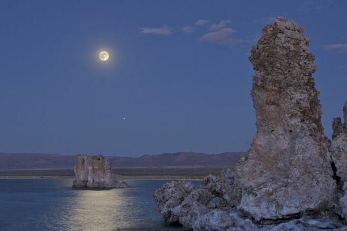 Månen stiger over Mono Lake i California, øst for Sierra Nevada-fjellene. (Foto: Henry Bortman)