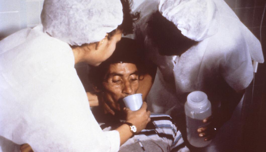 En pasient med kolera blir behandlet med store mengder drikke. Ved å tilføre like mye vann og salter som det lekker ut igjennom tarmen, kan livet reddes.