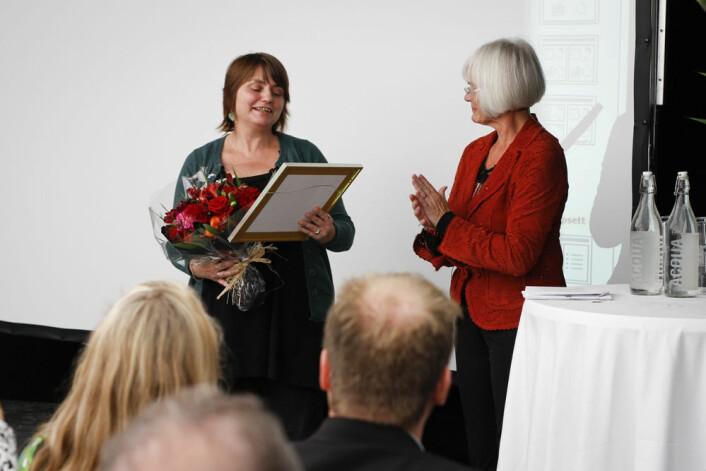 Nina Kristiansen får Forskningrådets formidlingspris 2010 overrekt av Forsknings- og høyere utdanningsminister Tora Aasland, fredag 24. september i Bergen. (Foto: Marianne Røsvik)