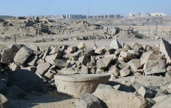 Et uferdig badekar fra romertiden ligger omringet av skrot fra moderne steinbrudd, og byen Aswan rykker nærmere og nærmere. (Foto: Per Storemyr)
