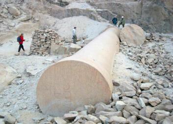 De romerske keiserne hadde store steinbrudd langt ute i den egyptiske ørkenen. I Mons Claudianus hentet de gigantiske søyler til templer i Rom. Noen av dem forlot aldri steinbruddet. (Foto: NGU)