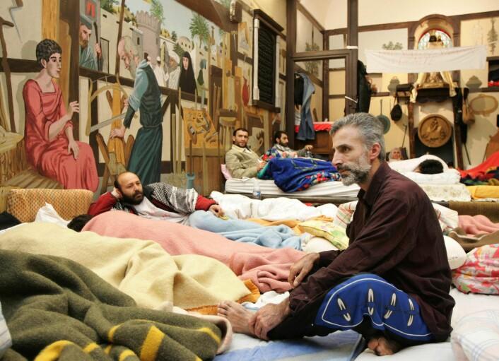 Kan nasjonal politikk i forhold til asylsøkere påvirke hvor mange som søker asyl i et land? Kurdiske asylsøkere i en kirke i Brüssel. Bilde tatt under en sultestreik i 2005. (Foto: Thierry Roge/Reuters/Scanpix)