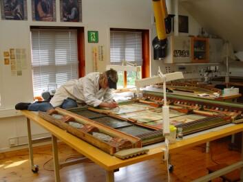 Altertavlen undersøkes av malerikonservator Anne Ytterdal. (Foto: Hilde Smedstad Moore/Anne Ytterdal)
