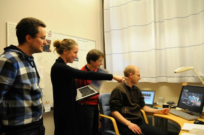 """Jon Nilsen, Maiken Pedersen, Katarina Pajchel og Bjørn Samset oppdager mønstre på dataskjermen som er """"mistenkelig kollisjonslike"""". (Foto: Universitetet i Oslo)"""