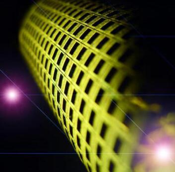 """Foto av ferdig utviklet """"e-hud"""" med sensorer av nanotråder. Hvert mørke felt representerer en føle-enhet. (Foto: Ali Javey og Kuniharu Takei, Berkeley-universitetet)"""