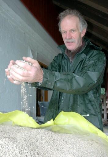 Erik Lindhardt har sluttet med krossing, og bruker nå kun innkjøpt økologisk kraftfôr. (Foto: Jon Schärer)