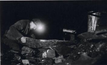 """""""I sin bok har Bjørg Evjen samlet et stort bildemateriale fra Svalbard. Dette er et bilde av en gruveulykke, hvor en mann ligger fastklemt under en steinblokk."""""""