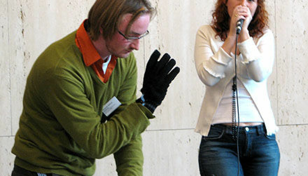 """""""Alexander Refsum Jensenius og Maria Fonneløp, improvisasjon for musikkhanske og stemme. Musikkhanskens bevegelser påvirket musikken."""""""