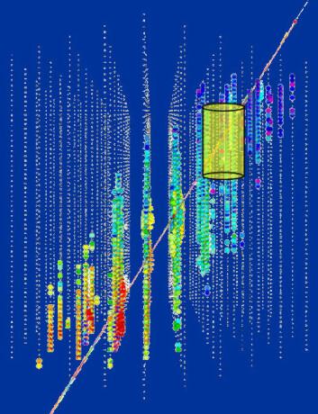 Illustrasjonen viser hvordan lyssporet av et muon som kommer nedenfra gjennom jorda, fanges opp av detektorene i IceCube. De tidligste treffene er farget orange, så videre gjennom regnbuens farger: gul, grønn og blå. (Figur: NSF)