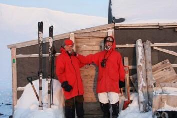 Thor S. Larsen og Øystein Overrein utenfor hytta ved Kapp Koburg. (Foto: Øystein Overrein/Norsk Polarinstitutt)