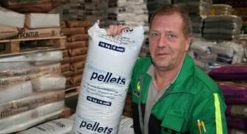 Per Olav Husby i Felleskjøpet i Steinkjer selger mye pellets til oppvarming, og han har også selv investert i en pelletskamin hjemme. (Foto: Anne Sigrid Haugset)