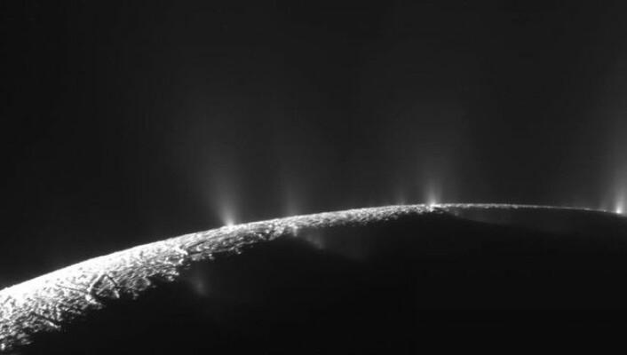 Under den rolige overflata kan det befinne seg et boblende hav. (Foto: NASA)