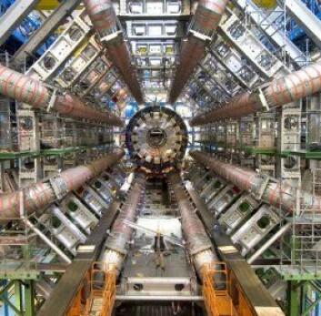 """""""ATLAS-detektoren som er en av flere partikkeldetektorere plassert under bakken, på partikkelakseleratoren LHC. Legg merke til den lille mannen som står nederst på bildet. (Foto: CERN)"""""""