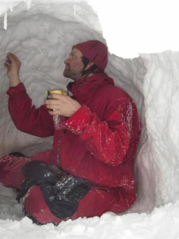 Isbjørnforsker Jon Aars leter etter isbjørnhår. (Foto: Øystein Overrein/Norsk Polarinstitutt)