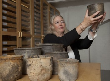 Siv Kristoffersen med spannformede kar. (Foto: Åge Pedersen, Arkeologisk museum UiS)