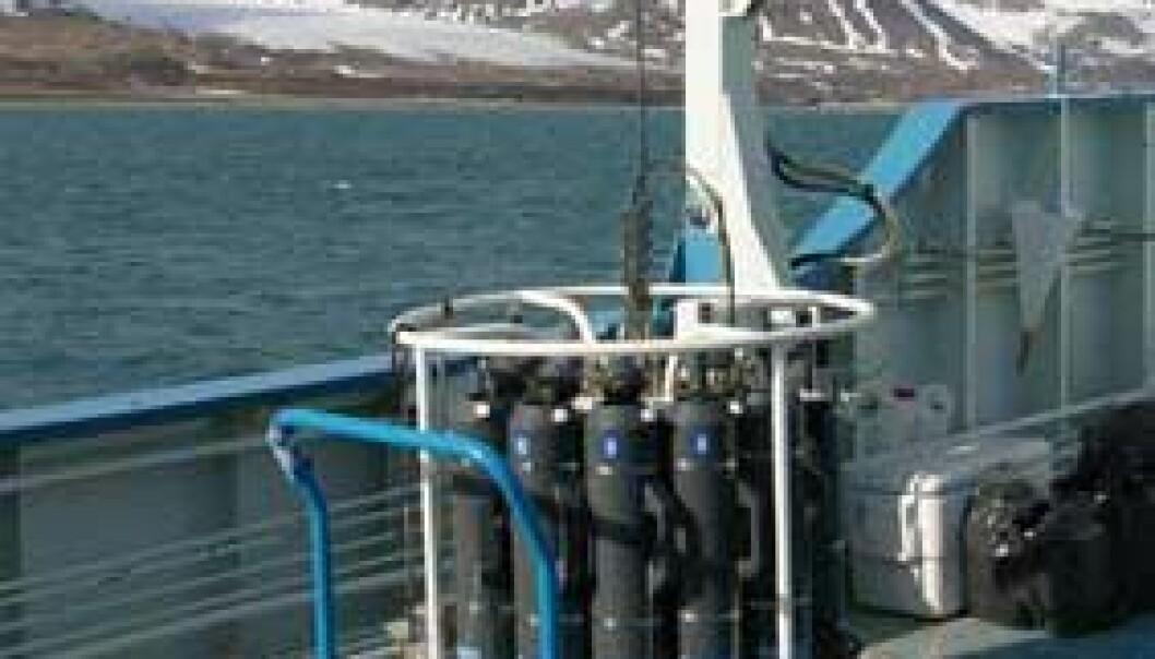 Innretningen forskerne bruker til å ta vannprøver med. Denne senkes ned til forskjellige dybder og kamrene åpnes og fylles med vann. (Foto: Bjørnar Kjensli)