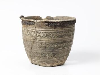 Kar funnet i rik kvinnegrav på Erga, Klepp i Rogaland. Dekor med krysstempel satt sammen med rutebord med jernbånd. (Foto: Terje Tveit, Arkeologisk museum UiS)