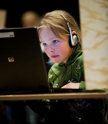 Barna som deltok i studien spilte det forskerdesignede diktatorspillet på datamaskiner hos Norges handelshøyskole. (Foto: Knut Egil Wang)