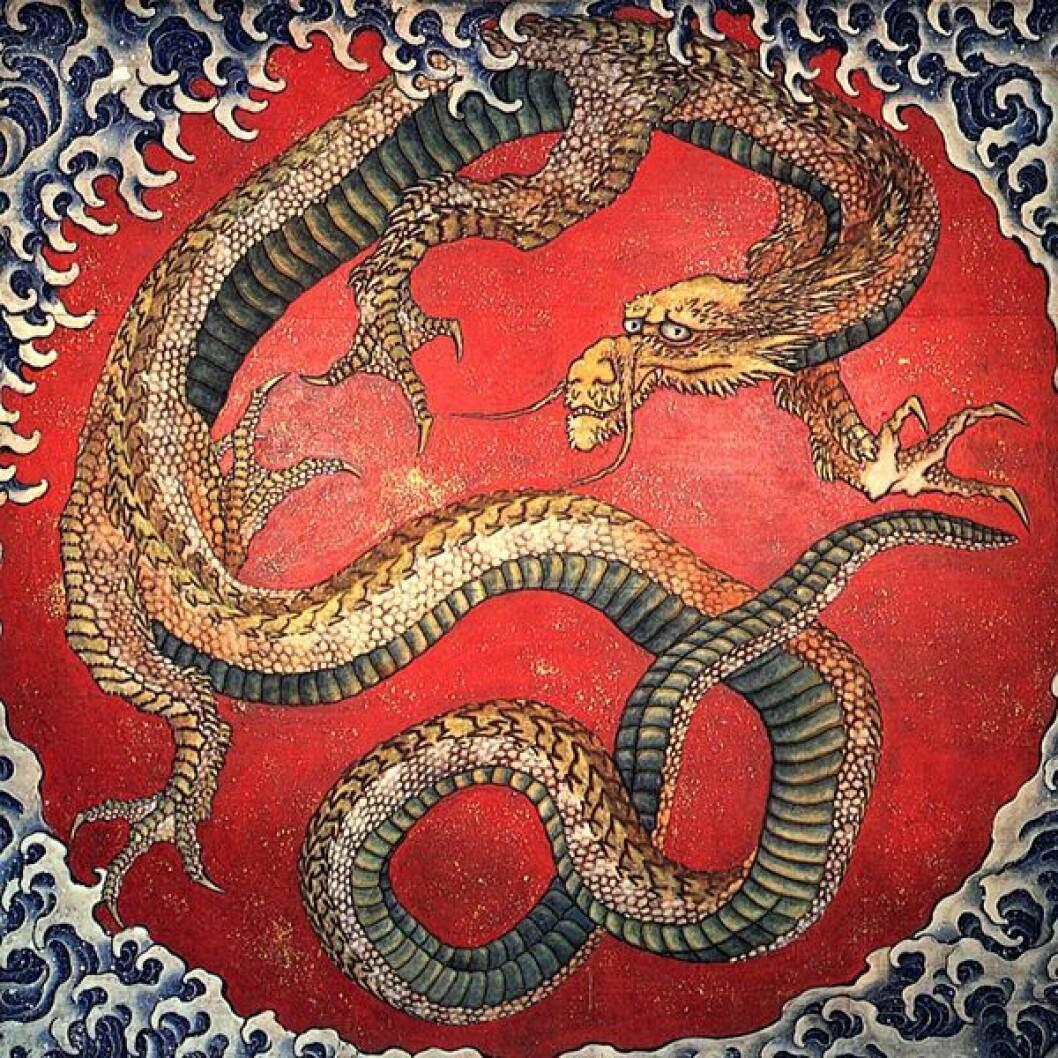I dette japanske kunstverket, er dragen framstilt med et kattedyraktig hode, fugleføtter, og en slangelignende kropp. Malt av Katsushika Hokusai, 1760-1849. (Kilde: Wikimedia Commons)