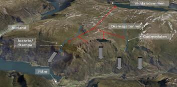 Det har gått flere store skred fra Stampa-området tidligere. Elvene Stampa og Gudmedøla (markert med blått) renner i dag gjennom området og bidrar til å gjøre det mer ustabilt, mens en planlagt drenering østover til Viddalsdammen kan redusere skredfaren. (Foto: Norgei3d.no)