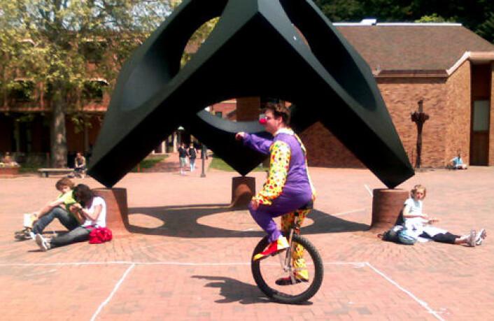 La du merke til den syklende klovnen? Studenter som snakket i mobiltelefonen mens de krysset universitetsplassen måtte svare nei. Fra forsøket ved Western Washington University i USA.