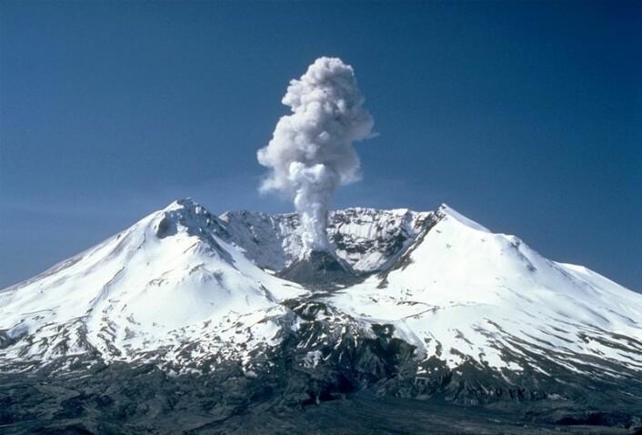Dette bildet av Mount St. Helens ble tatt 19. mai 1982. Vulkanen er mest kjent for utbruddet den hadde 18. mai 1980, som var det mest dødelige og økonomisk ødeleggende vulkanutbruddet i USAs historie. (Foto: Wikimedia Commons, se lisens her)