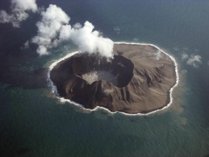 Den lille vulkanøya Kasatochi i øygruppa Aleutene. Bildet er tatt to måneder etter utbruddet, i oktober 2008. (Foto: Jerry Morris/Alaska Volcano Observatory)