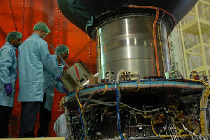 Integrasjonsteamet inspiserer satelllitten etter integrasjonen på den indiske raketten før oppskyting. (Foto: Space Flight Laboratory/UTIAS)