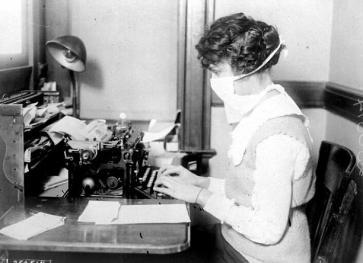 Bilde av kontorarbeider med maske fra New York 1918. De høye dødstallene under spanskesyken (1918-1919) er utypisk for influensapandemiene i løpet av de siste 150 år. (Foto: National Archives at College Park, MD/Wikimedia Commons)