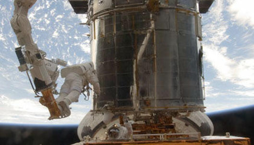 Hubble-teleskopet under reparasjon. (Foto: NASA)
