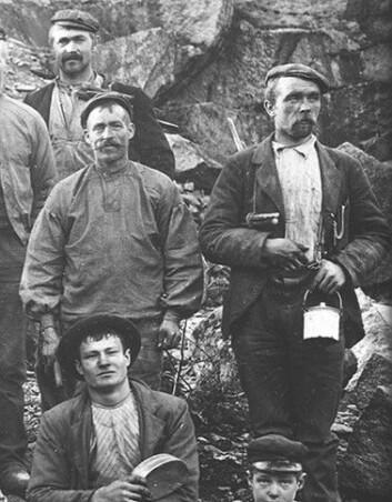 """""""Utsnitt av foto fra omkring 1900, viser steinhuggere på Torsnes. (Fotograf: August Løvdahl. Østfold fylkes bildearkiv)"""""""