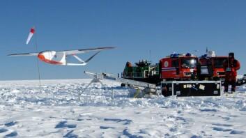 Det arbeides med å utstyre Noruts ubemannede småfly (UAV) med en radar som tilsvarer CoReH2O-radaren. Bildet er tatt under takeoff ved flygning i Antarktis. (Foto: Jan Gunnar Winther, Norsk Polarinstitutt)