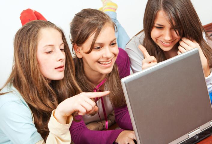 Foreldre mener ofte at barna kaster bort tid foran skjermen, men har liten innsikt i hva de driver med der. Barn er ikke passive mottakere og konsumenter. (Foto: Shutterstock)