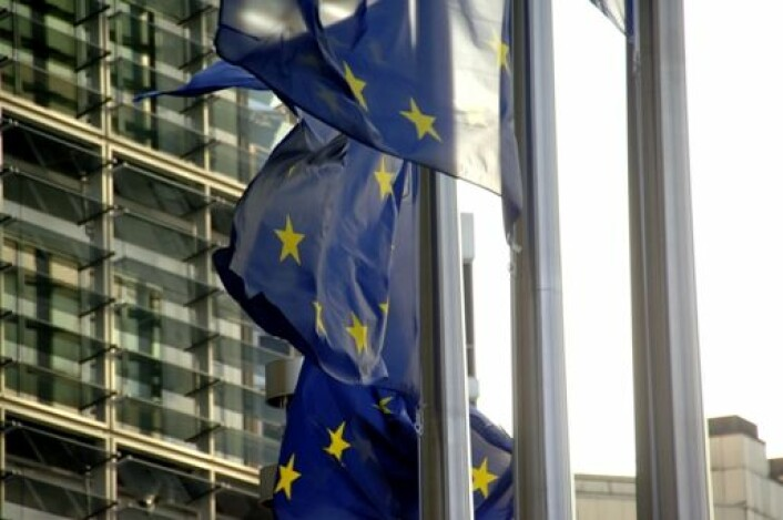 Flagg foran EU-kommisjonens bygg i Brussel. Norske forskningsinstitutter har fått krav om å betale tilbake millionbeløp etter forskningssamarbeid med EU.
