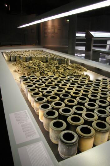 """""""Bildet er fra utstillingen og viser urner som er identiske med de Topf & Söhne leverte til konsentrasjonsleiren Buchenwald. Da 701 slike urner ble funnet i 1997 var de tydeligvis tømt for aske i all hast. (Foto: Bjørnar Kjensli)"""""""