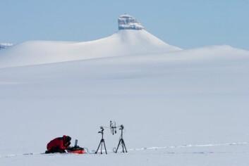 Forsker utfører målinger av sot i snøen på Svalbard. (Foto: Tor Ivan Karlsen /Norsk Polarinstitutt)