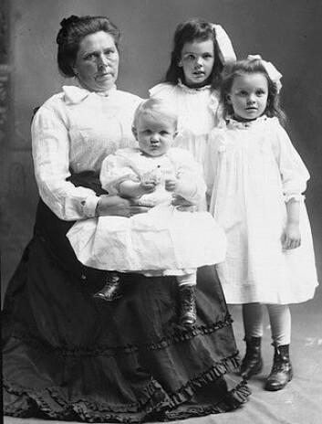 Belle Gunness med barna Myrtle, Lucy og Phillip.